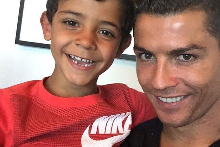 Cristiano Ronaldo estará tranquilo que su legado futbolístico será bien llevado por su pequeño. (Foto Prensa Libre: Redes Sociales)