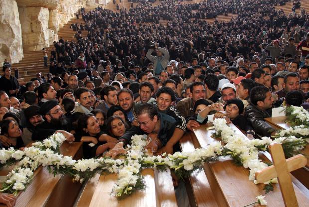Egipcios coptos lamentan la muerte de cristianos. (Fotos Prensa Libre: Google)