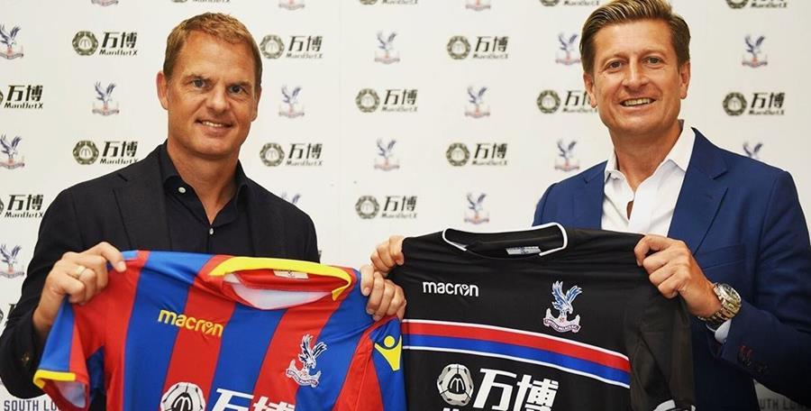 El holandés Frank de Boer posa junto Steve Parish, presidente del Crystal Palace, en su presentación como nuevo técnico. (Foto Prensa Libre: Crystal Palace)