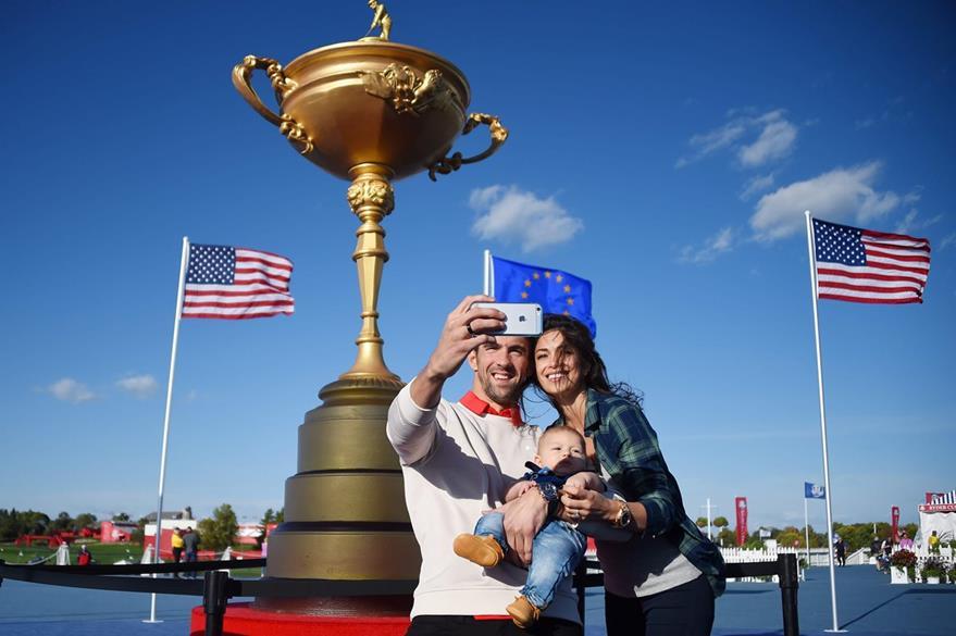 Michael Phelps su prometida Nicole Johnson y su bebé Boomer se toman una selfie en el Ryder Cup de Golf en Chaska, Minnesota. (Foto Prensa Libre: AFP)