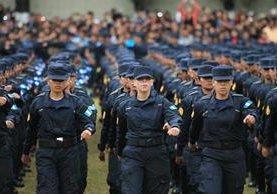Dos mil 198 agentes se graduaron este viernes de la Academia de la Policía Nacional Civil. (Foto Prensa Libre: Esbin García)