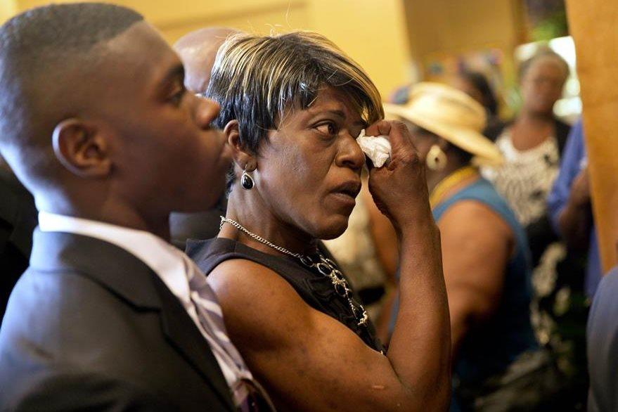 Familiares y amigos de las víctimas repudiaron la masacre. (Foto Prensa Libre: AP).