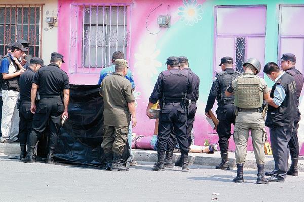 Fiscales del  MP acordonan el área donde un agente de la PNC se suicidó después de matar a su esposa, en Guastatoya, El Progreso. (Foto Prensa Libre: Héctor Contreras)