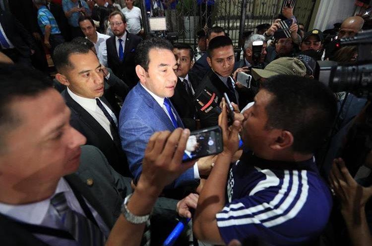 El viernes pasado el presidente Jimmy Morales salió de Casa Presidencial junto a Joviel Acevedo para saludar a los maestros. (Foto Prensa Libre: Carlos Hernández)