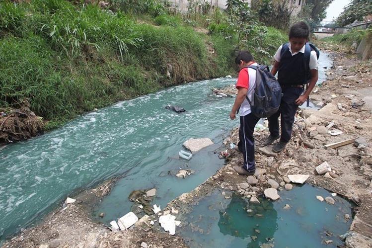 Los vecinos notaron que el agua del río Platanitos, en Villa Nueva, comenzó a teñirse de rojo en horas de la noche. (Foto Prensa Libre: Cortesía)