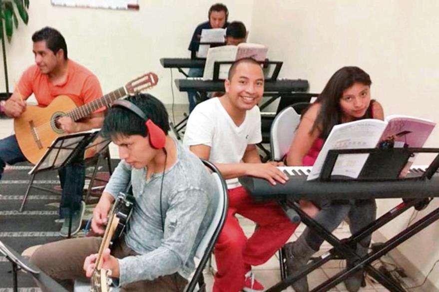 Juan Tziquín,  junto a sus estudiantes, durante una clase  en la Academia    de MAC, en Los Ángeles, California. (Foto Prensa Libre: Cortesía)