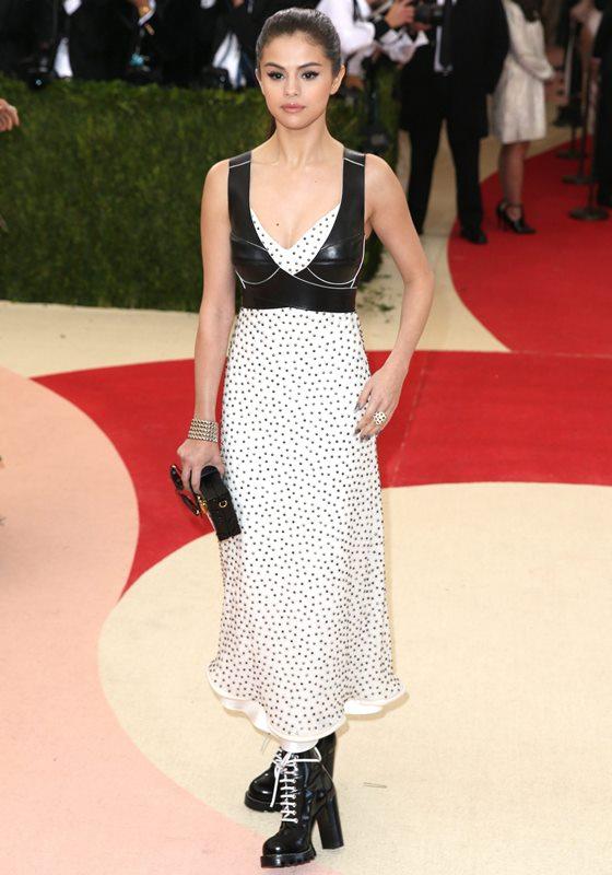 Selena Gómez vistió en blanco y negro. (Foto Prensa Libre: EFE)