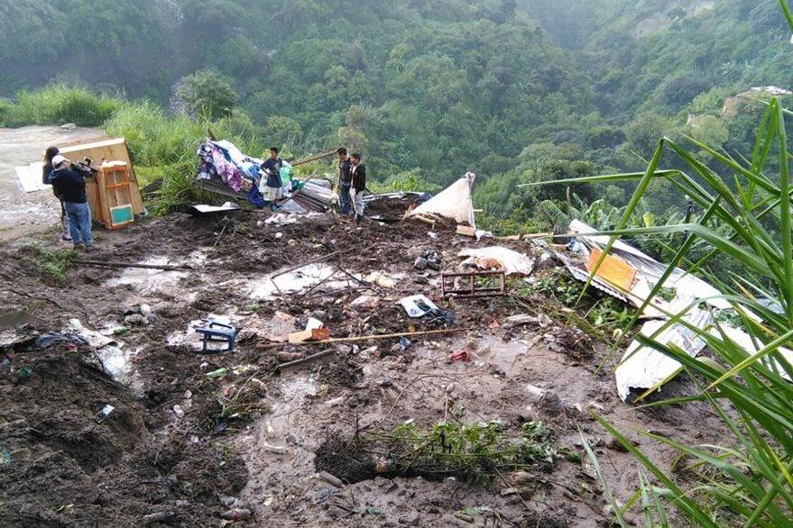 Las familias vieron la noche del miércoles como una fuerte corriente de lodo se llevaba sus pertenencias, en el asentamiento Santa Rita, zona 7. (Foto Prensa Libre: Estuardo Paredes)
