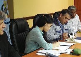 La ministra de Salud, Lucrecia Hernández, y el alcalde de Villa Nueva, Edwin Escobar, firman convenio de compromiso para implementar el Modelo Incluyente en Salud Urbano. (Foto Prensa Libre: Roni Pocón).