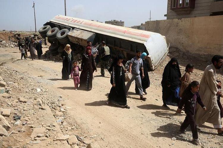 Iraquíes desplazados abandonan el barrio al-Islah al-Zaraye de Mosul.(Foto prensa Libre:AFP).