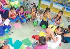 Dentro de los salones de clase de la escuela Nohemí Morales de Arjona trabajan manualidades, además de recibir sus clases normales. (Foto: Fundación Adentro)