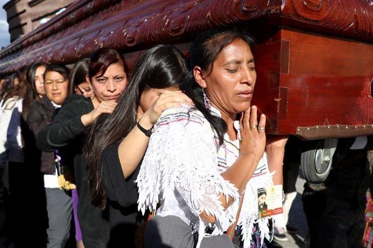 A pesar del intenso calor los fieles católicos cargaron en hombros la imagen de Jesús Nazareno en Huehuetenango.(Foto Prensa Libre: Mike Castillo)