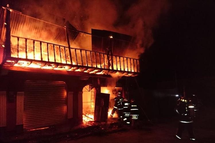 La casa en que se efectuó una ceremonia a Maximón, en Chciché, Quiché, se incendió por mala manipulación de veladoras. (Foto Prensa Libre: Horacio Cordero)