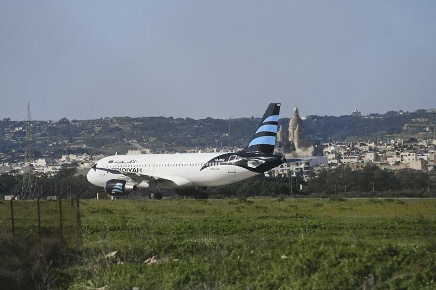 Avión fue desviado y aterrizó en el aeropuerto internacional de Malta. (Foto Prensa Libre: AP)