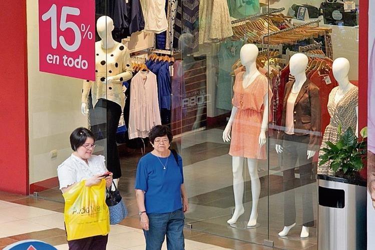 Centros comerciales y negocios invaden sus vitrinas con ofertas y promociones especiales para atraer a los consumidores.