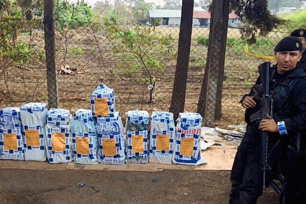 El conteo de la droga culminó en la madrugada( Foto Prensa Libre: PNC)