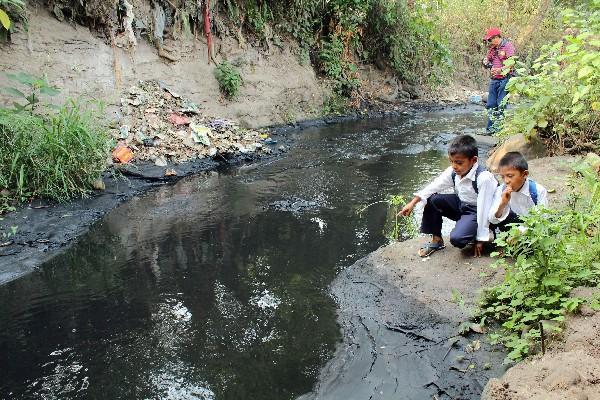 La contaminación de los afluentes y la carencia de una ley reguladora complican la problemática del agua en el país. (Foto Prensa Libre: Hemeroteca PL)