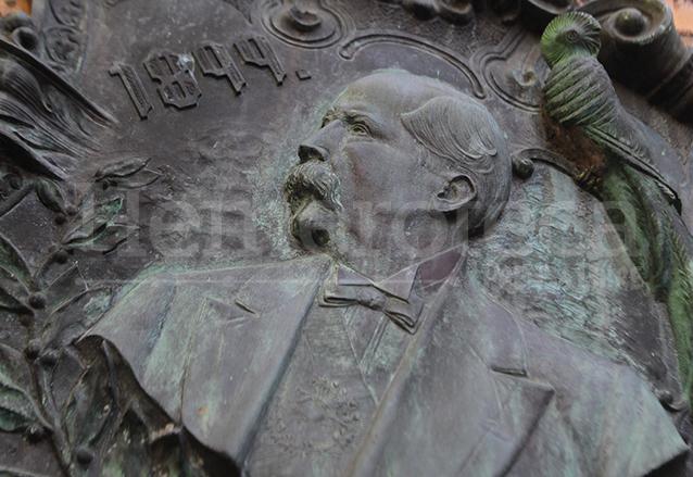 Medallón fundido donde aparece grabado el presidente Estada Cabrera en 1899. (Foto: Hemeroteca PL)