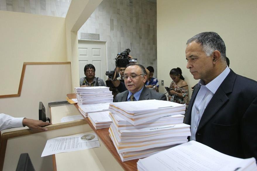 Alfonso Carrillo Marroquín presenta la acción de amparo contra el TSE en la CSJ. (Foto Prensa Libre: Esbin García)