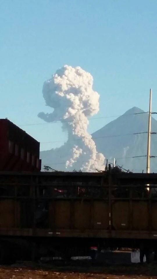 Nube de humo y ceniza se extiende sobre poblados cercanos al volcán Santiaguito.