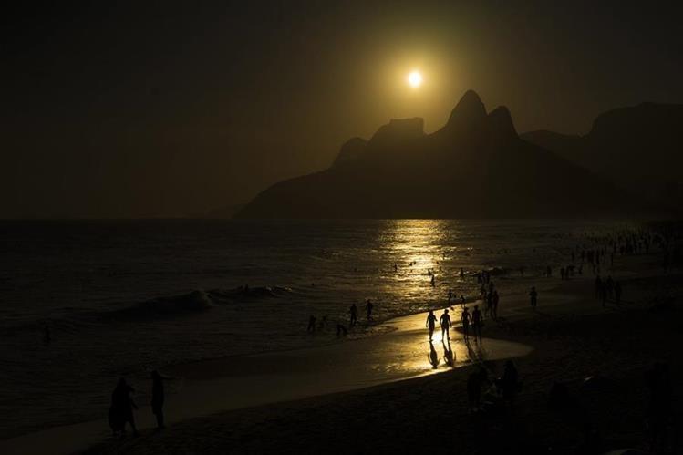 Los rayos del Sol son más candentes en Río de Janeiro, que sufre un calor histórico. Foto Prensa Libre (AP)