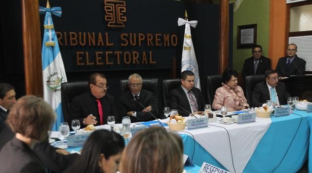 Magistrados del TSE presiden una reunión con directores de medios de comunicación, para informar sobre las acciones que imponen las reformas a la Ley Electoral y de Partidos Políticos. (Foto Prensa Libre: Érick Ávila)