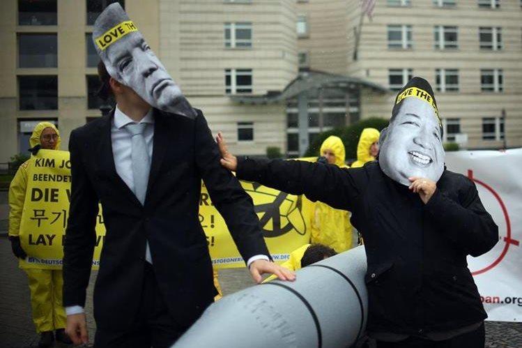Activistas del ICAN durante una exhibición frente a la embajada de Estados Unidos en Berlín en septiembre de 2017. (Foto Prensa Libre: AFP)