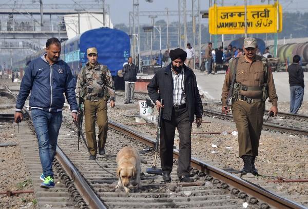 Fuerzas de seguridad rastrean una zona de la base estratégica de Pathankot, atacada por un comando islamista.