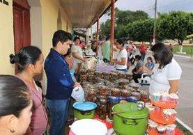 Visitantes compran dulces típicos en unas de las ventas de San Francisco, Petén. (Foto Prensa Libre: Walfredo Obando)