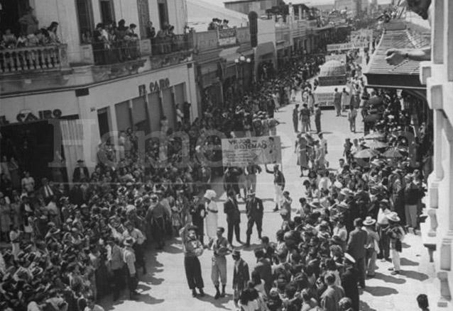 Vista de la sexta Avenida el Viernes de Dolores de 1945 al paso de la Huelga de Dolores. (Foto: Hemeroteca PL)
