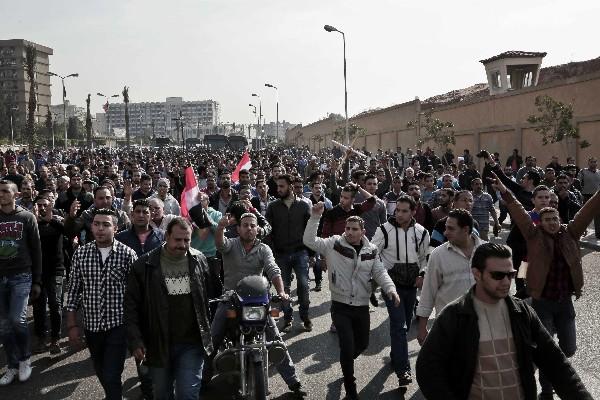Cristianos coptos protestan en una calle después de un funeral para las víctimas. (AFP).