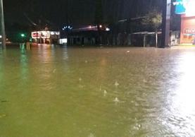 Una calle anegada de Puerto Barrios. (Foto Prensa Libre: Dony Stewart)