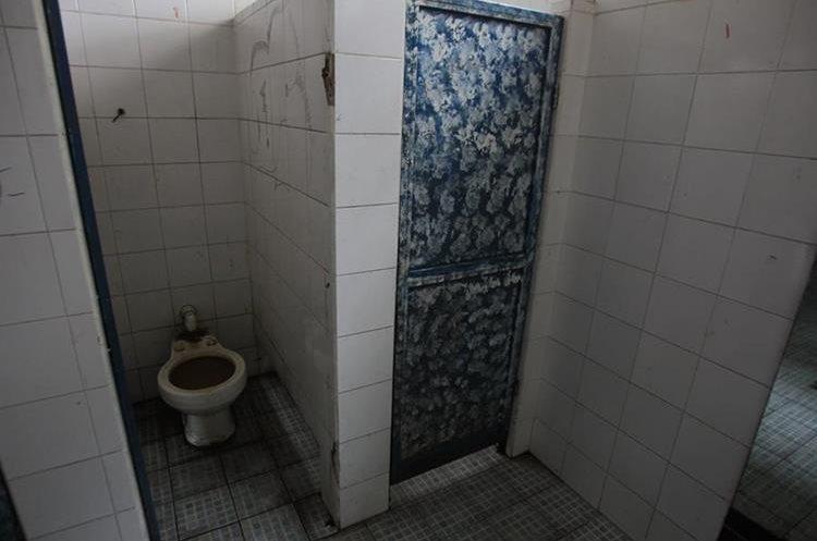 Los baños están en deplorables condiciones porque no hay personal asignado a limpieza. (Foto Prensa Libre: Esbin García)