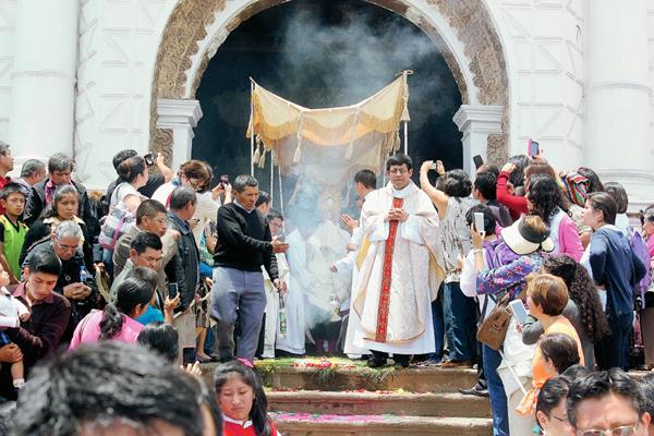 El sacerdote Nicolás Thevenin durante homilía del Corpus Christi, en Paztún, Chimaltenango. (Foto Prensa Libre: José Rosales)