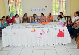 Grupo de artesanas que participará en la feria de artesanías, en Zacapa. (Foto Prensa Libre: Víctor Gómez)