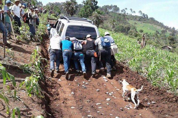 El jefe edil y el concejal tercero habían participado en una reunión con pobladores de Pajales, Chicamán. (Foto Prensa Libre: Héctor Cordero)