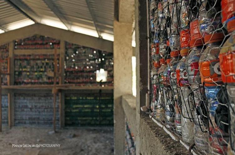 En Chirijuyú, Tecpán Guatemala, Chimaltenango, hay una escuela construida con ecoladrillos -botellas rellenas con envoltorios de golosinas-. (Foto Prensa Libre: cortesía Marvin Grijalva)