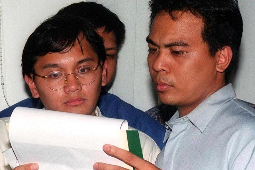 A la derecha aparece Reomel Ramones, originario de Manila, Filipinas quien fue detenido por el FBI acusado de haber propagado el virus informático, sin embargo fue liberado por falta de pruebas por la justicia filipina.  (Foto: AFP)