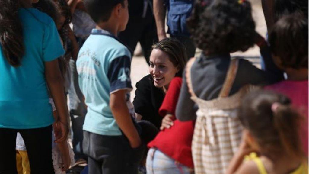En su papel de enviada especial del Alto Comsionado para los Refugiados., Angelina Jolie visitó el pasado 9 de septiembre el campo Al Azraq para refugiados sirios. (GETTY IMAGES)