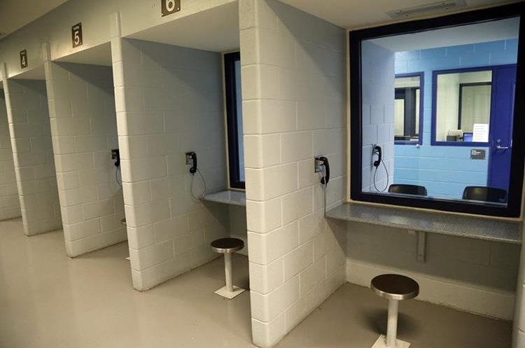 Área de visitas del centro de detención Krome, en Miami. (Foto Prensa Libre: José A. Iglesias/El Nuevo Herald).