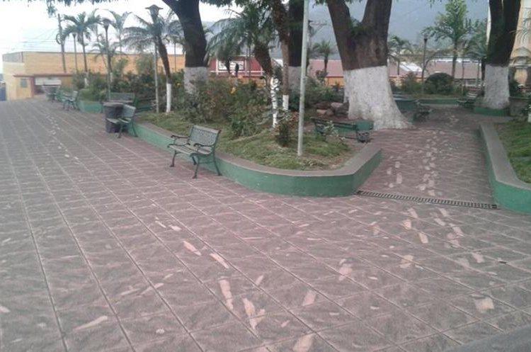 Calles de San Pedro Yepocapa, Chimaltenango, están cubiertas  por la ceniza del Volcán de Fuego. (Foto Prensa Libre: Víctor Chamalé)