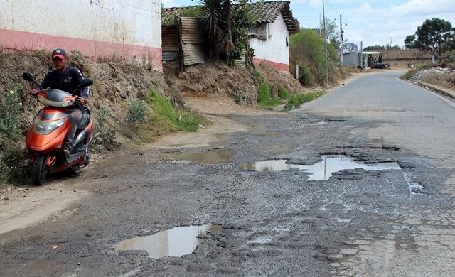 Vecinos de Quiché sufren las malas condiciones de las carreteras. (Foto Prensa Libre: Óscar Figueroa)