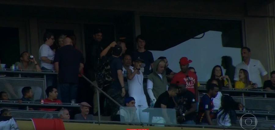 Neymar junto a Justin Bieber y Jamie Foxx observaron el juego en el palco. (Foto Prensa Libre: Twitter)