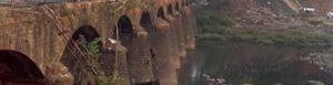 Autobús cae de puente en India.