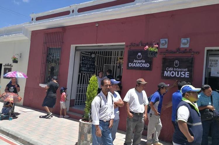 Vecinos caminan por una de las áreas de la Calle Real de Mixco. (Foto Prensa Libre: Oscar García).
