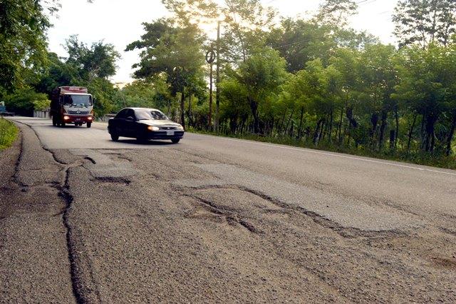 En la ruta hacia Río Dulce, muchos vehículos deben cruzarse entre los carriles para esquivar los baches en el trayecto. (Foto Prensa Libre: Dony Stewart)