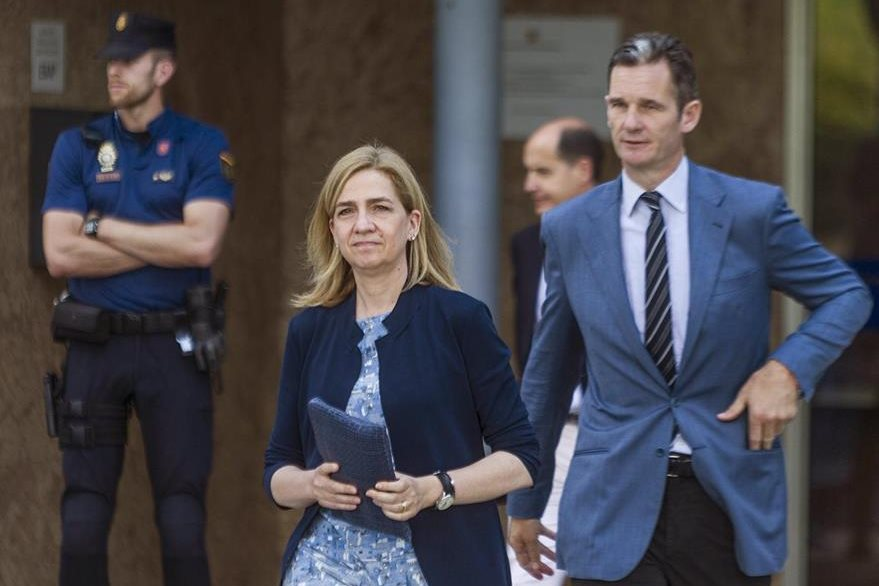 La infanta Cristina y su esposo, Iñaki Urdangarín abandonan el tribunal en Palma de Mallorca.(EFE).