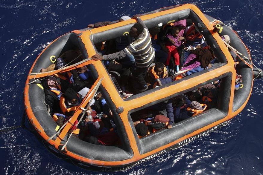 Una precaria embarcación tuvo la suerte de llegar a las costas italianas, se pueden observan varios niños dentro. (Foto Prensa Libre: AP).