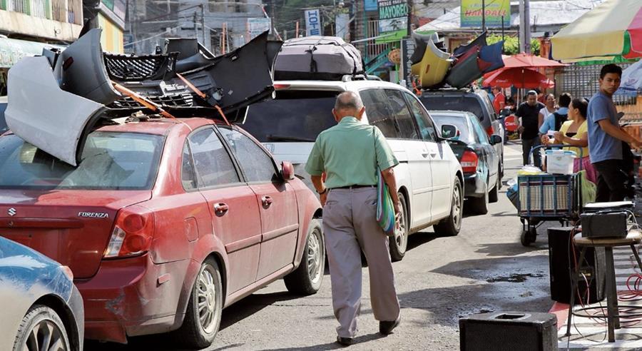 Decenas de vehículos, la mayoría llenos de mercadería, esperan para pasar la frontera  México - Guatemala. (Foto Prensa Libre: Whitmer Barrera)