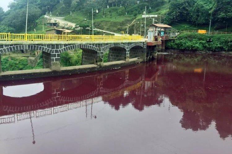 Una de las áreas contaminadas en el río Samalá, en Zunil. (Foto Prensa Libre: Hemeroteca PL).